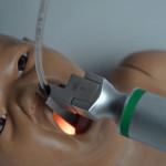 Універсальний тренажер для проведення процедур на верхніх дихальних шляхах у новонародженого PEDI® S320